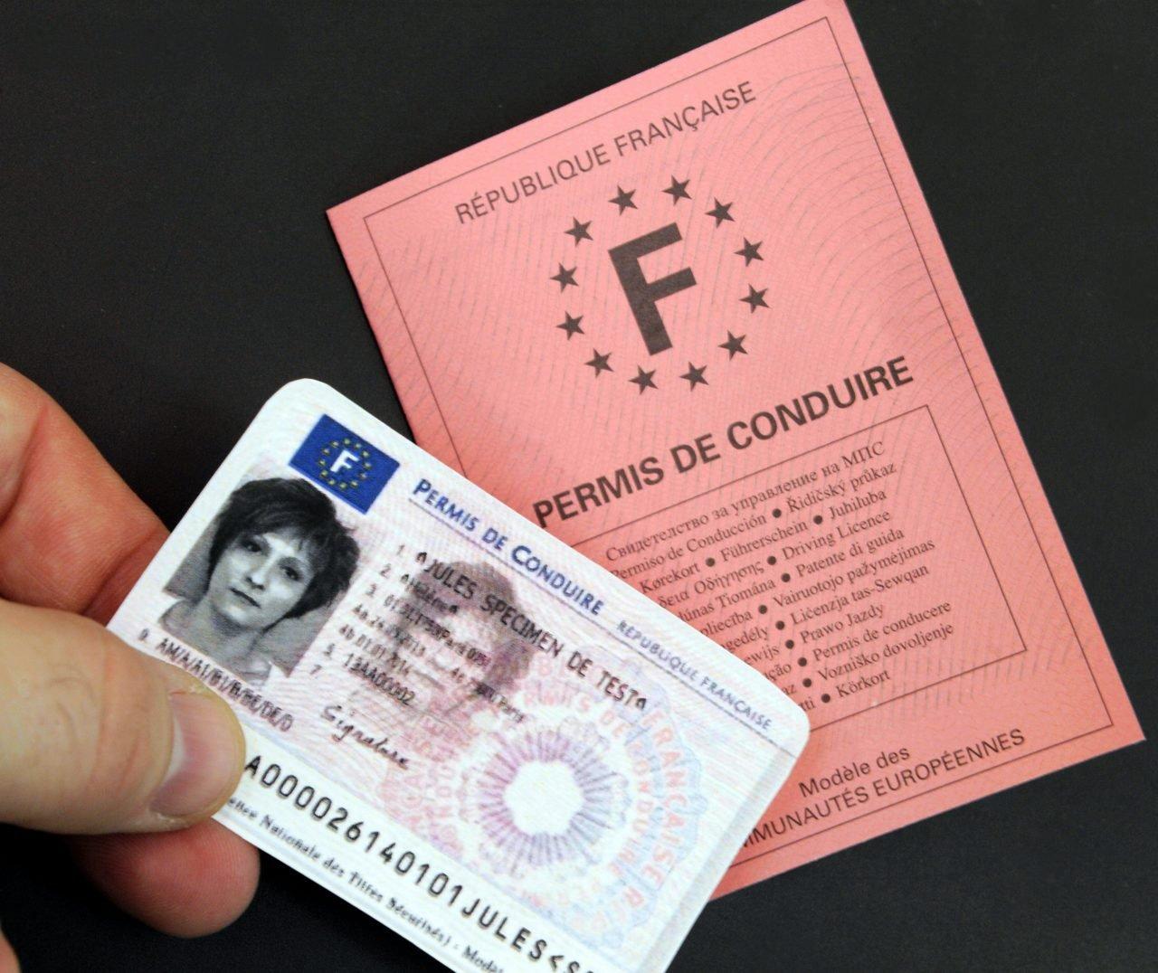 ©PHOTOPQR/L'EST REPUBLICAIN/Alexandre MARCHI ; . Nancy 25 janvier 2013. Nouveau permis de conduire transitoire aux normes européennes avec les nouvelles catégories de véhicules qui sera délivré entre le 19 janvier et le 15 septembre 2013 avant la mise en place d'un nouveau permis de conduire sécurisé de format carte de crédit. SECURITE ROUTIERE - PERMIS DE CONDUIRE TRANSITOIRE - EUROPE - PREFECTURE DE MEURTHE ET MOSELLE